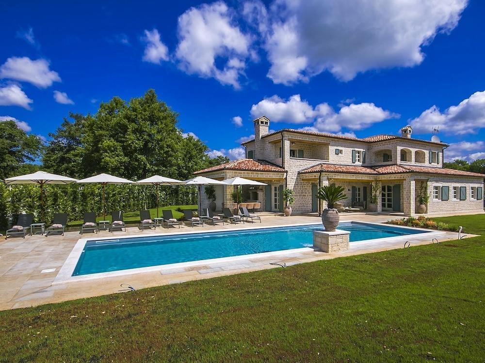Plush Villa in Ladici With Whirlpool, Tennis Court